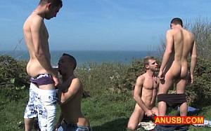 Léo Helios et son pote Thomas rencontrent un couple exhib en train de baiser en pleine nature...