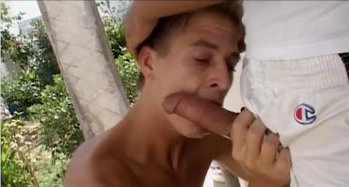 Un jeune français en séjour au Maroc suce le zob d'un jeune rebeu marocain