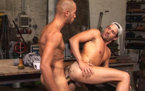 Le patron de ce garage ne savait pas qu'il a embouché deux gays et encore moins deux stars du porno français